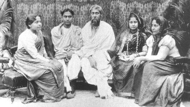 ছবি : পরিবারের সাথে রবীন্দ্রনাথ